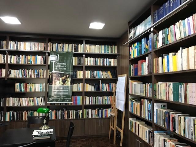 Aberta ao público, Biblioteca da APL tem centenas de livros